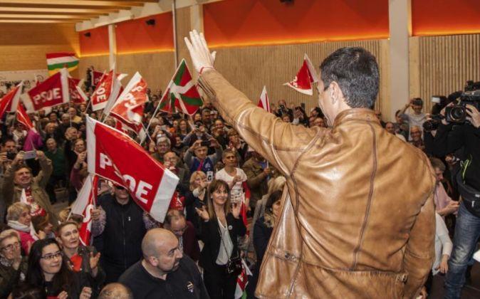 El ex secretario general del PSOE Pedro Sánchez saluda a su llegada a...