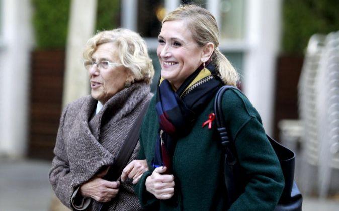 La presidenta de la Comunidad de Madrid, Cristina Cifuentes (d), y la...
