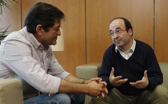 El presidente de la gestora del PSOE, Javier Fernández (i), y el...