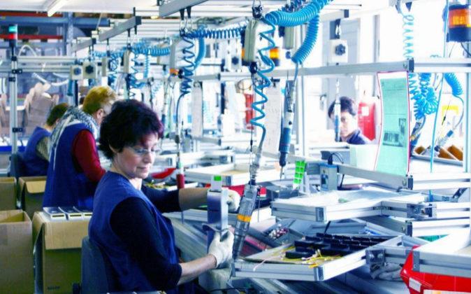 Mujeres trabajando en Escoriaza, fabricante vasco de cerraduras, en...