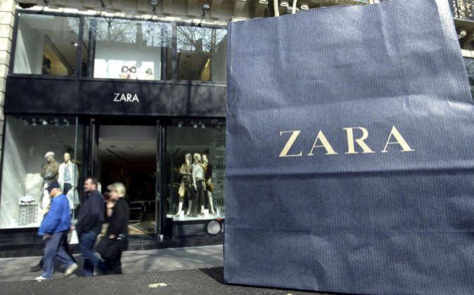 Imagen de una bolsa de Zara delante de una tienda de la marca en...