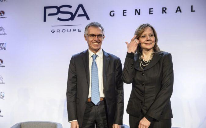 La responsable ejecutiva de General Motors, Mary Ibarra (d), y el...