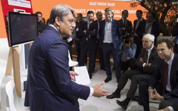 En primer plano, Luca de Meo, presidente ejecutivo de Seat; sentado...