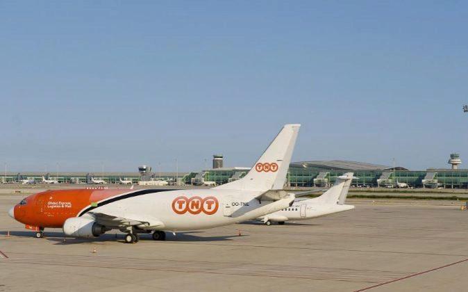 Avión de la compañía de mensajería TNT en el aeropuerto de carga...