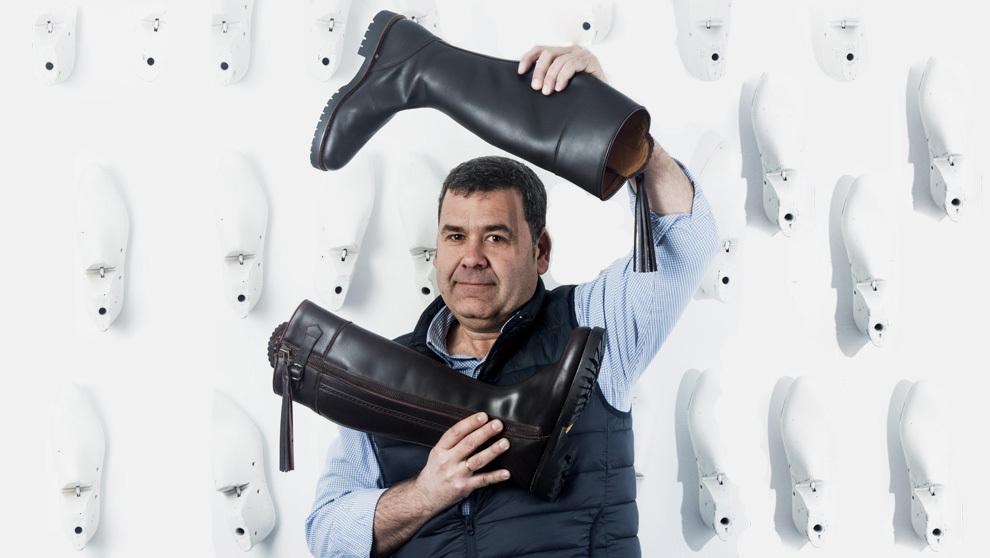 """José Cejudo,  48 años, posa con """"Kate"""", bota de caza color..."""