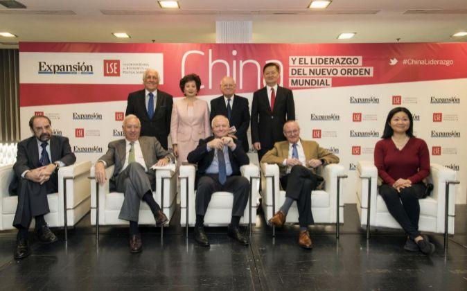 De izda. a dcha, sentados: Felipe Sahagún, miembro del consejo...