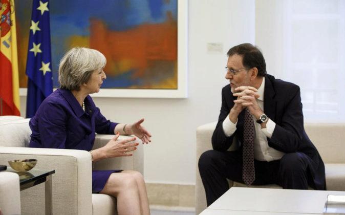 La primera ministra británica, Theresa May, junto al presidente...