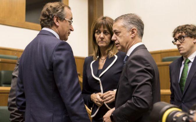 Alonso (izq.) y Urkullu charlan junto a Idoia Mendia (PSE) durante el...