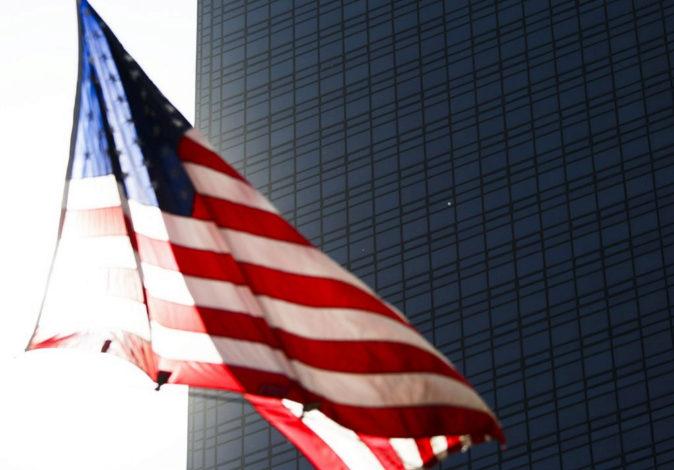 Una bandera estadounidense ondea frente a la Torre Trump, en Nueva...