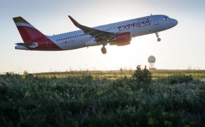 Imagen del despegue de un avión de Iberia Express