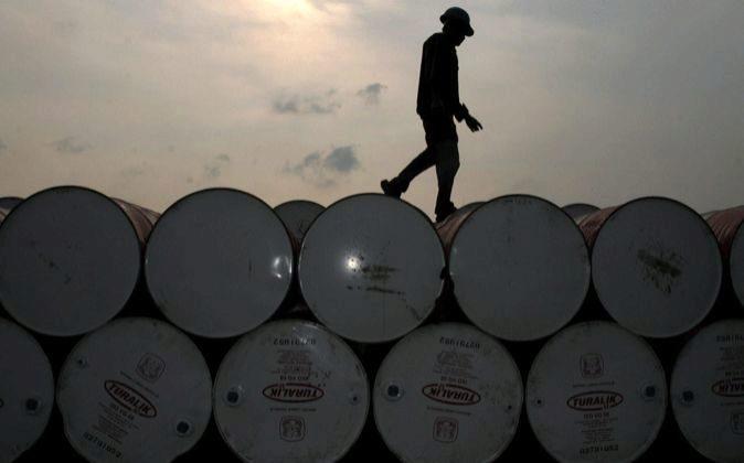 Imagen de un almacén de barriles de petróleo