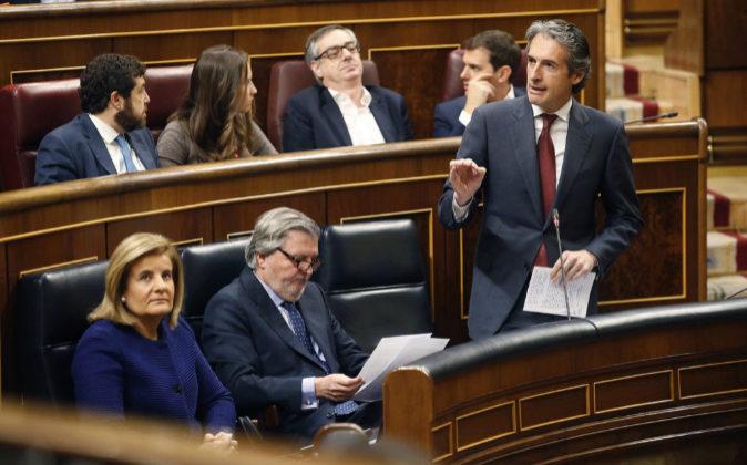 El ministro de Fomento, Íñigo de la Serna, junto a los titulares de...