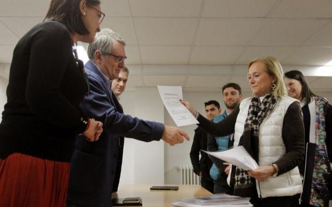 La presidenta del PP de Asturias Mercedes Fernández (d).