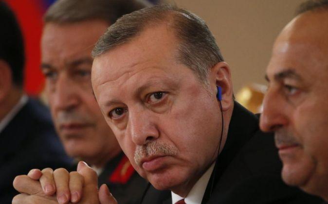 El presidente turco Recep Tayyip Erdogan (c).