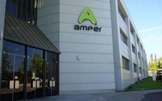 Edificio con logotipo de Amper.