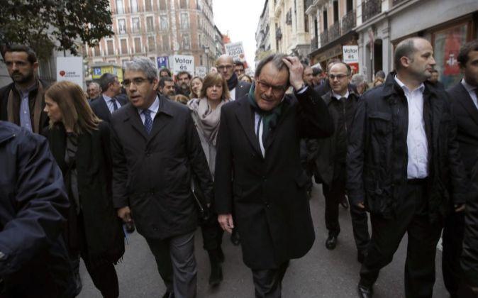 El diputado del PDeCAT Francesc Homs,acompañado de su esposa; del...