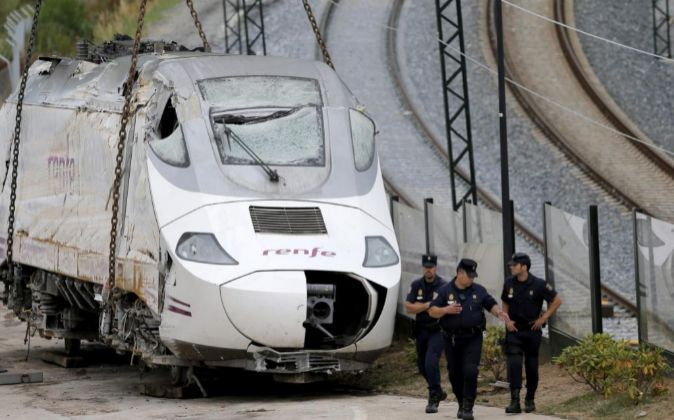Efectivos de la policía custodian la locomotora del tren Alvia...