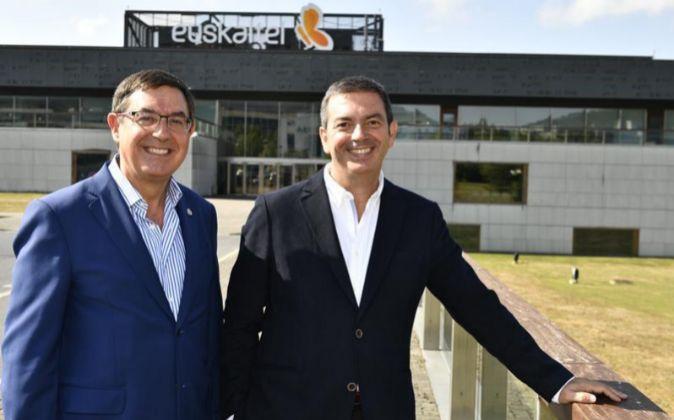 Alberto García Erauzkin y Francisco Arteche, presidente y consejero...