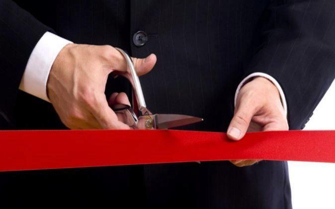 Directivo cortando la cinta inaugural de una empresa