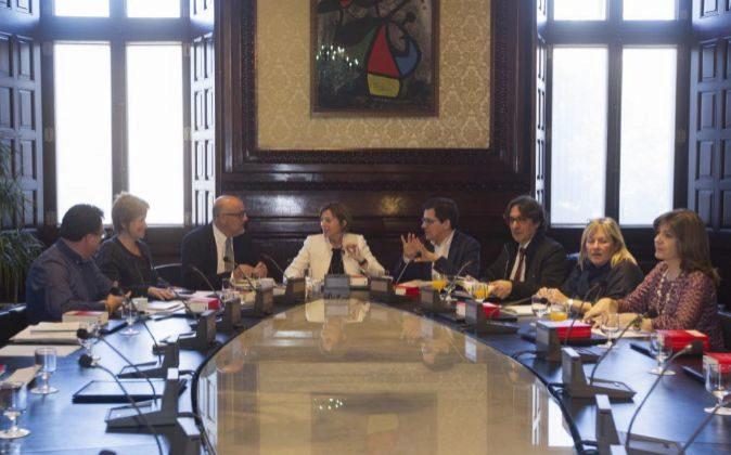 La presidenta del Parlament, Carme Forcadell (c), durante la reunión...