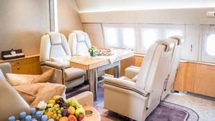 Además de los servicios y actividades, el vuelo incluye servicio...