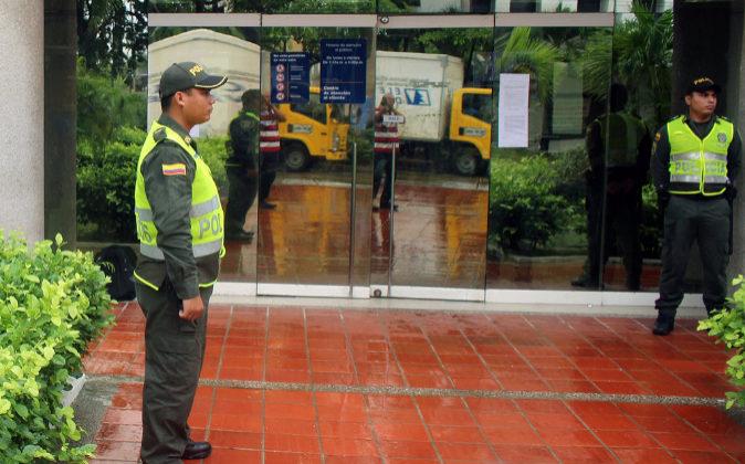 Policías colombianos a la puerta de la sede de Electricaribe, en una...