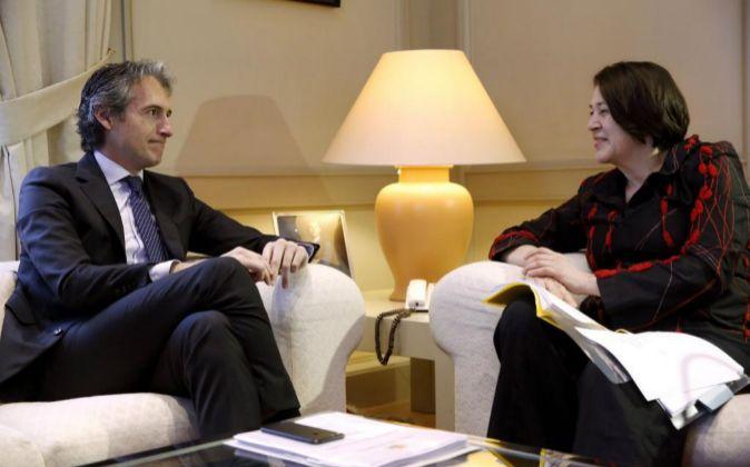 El ministro de Fomento, Íñigo de la Serna, y la comisaria europea de...