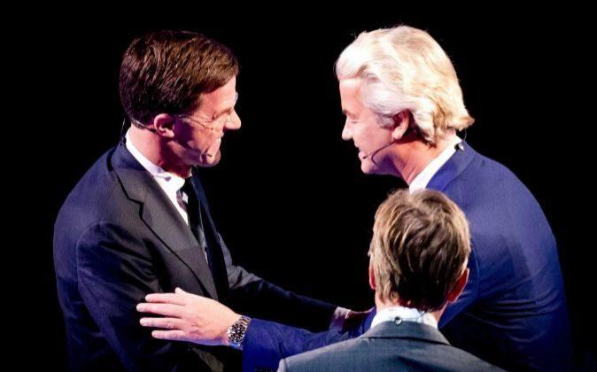 El primer ministro de Holanda, Mark Rutte (i), estrecha la mano del...