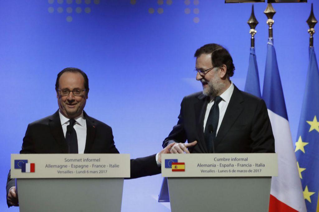 El presidente del Gobierno, Mariano Rajoy, junto al presidente...