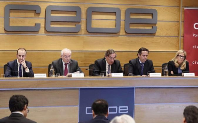 El presidente de la patronal CEOE, Juan Rosell (c), José Mª Rotellar...