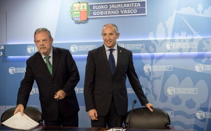 El portavoz del Gobierno Vasco, Josu Erkoreka (d), y el consejero de...