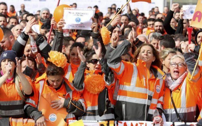 Los estibadores se manifiestan en el puerto de Algeciras.