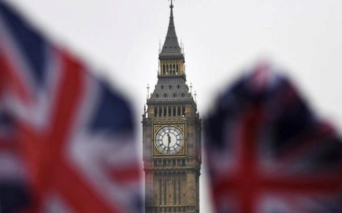 Dos banderas británicas ondean ante el Big Ben en Londres.