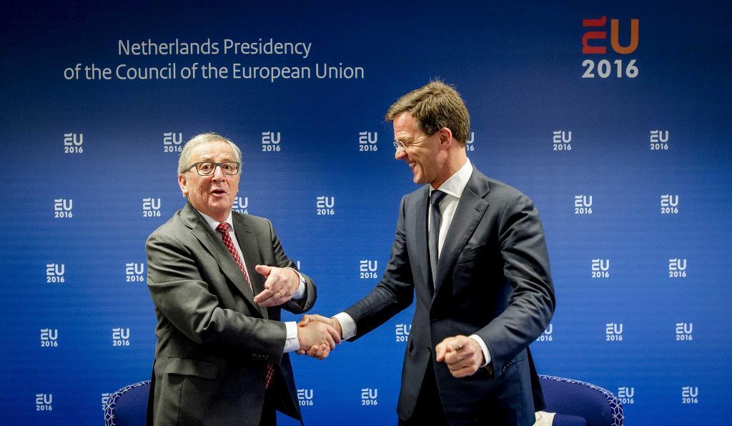 El primer ministro holandés, Mark Rutte (d), estrecha la mano del...