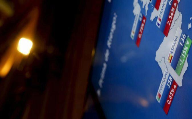 Imagen reciente del monitor de la Bolsa de Madrid con las primas de...