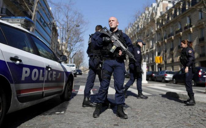 Agentes de policía montan guardia en los alrededores de la sede del...