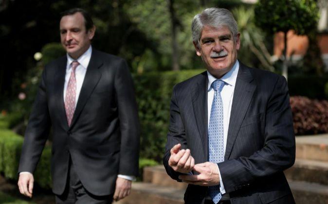 El ministro español de Asuntos Exteriores, Alfonso Dastis (d), y el...