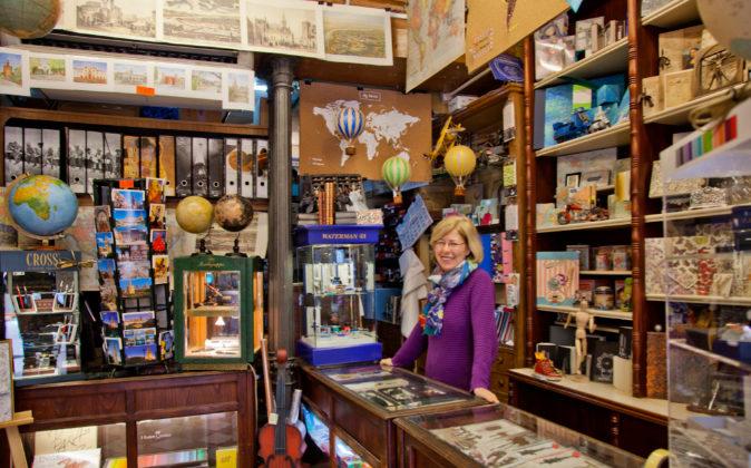Estrella Ferrer en el mostrador de su compañía.