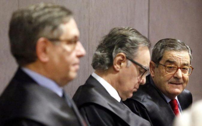 El exdelegado del Gobierno en el País Vasco Mikel Cabieces (i); el...