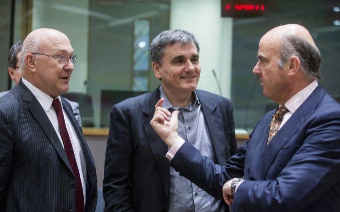 El ministro español de Economía, Luis de Guindos (d) conversa con...