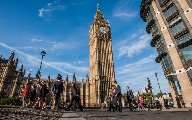 Ejecutivos pasando delante del Big Ben (Londres)