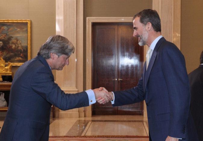 Juan Manuel Arribas, presidente de CEX, saluda al rey Felipe VI...