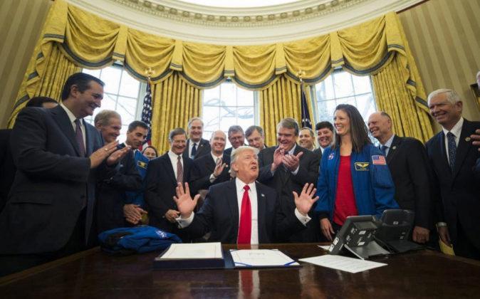 El presidente estadounidense Donald J. Trump, tras firmar el Acta de...