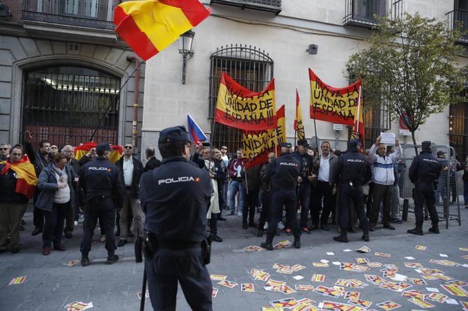 Unas cincuenta personas con enseñas de Falange Española ha abucheado...