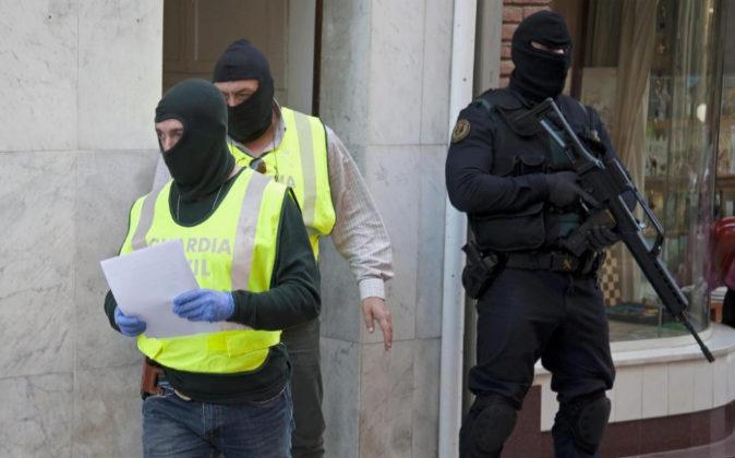Miembros de la Guardia Civil en Santa Coloma de Farners (Girona), el...
