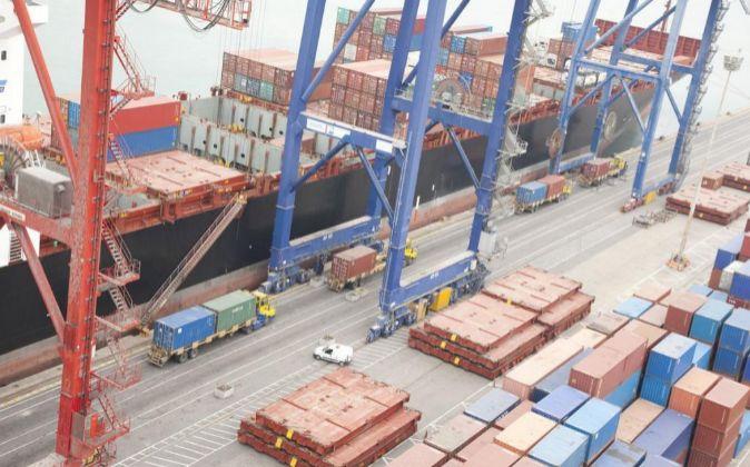 Trabajos de descarga de un barco portacontenedores en un muelle del...