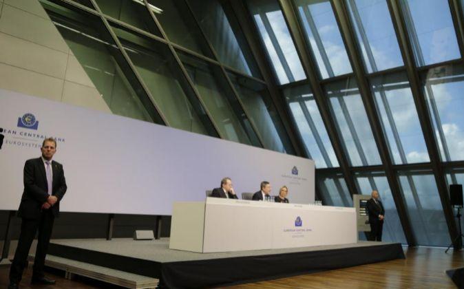 El presidente del Banco Central Europeo (BCE), Mario Draghi (c), y el...