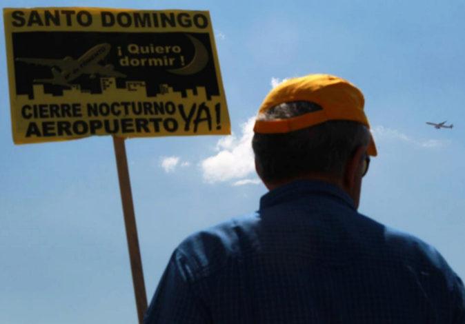 Un vecino de la urbanización Santo Domingo, con un avión al fondo...