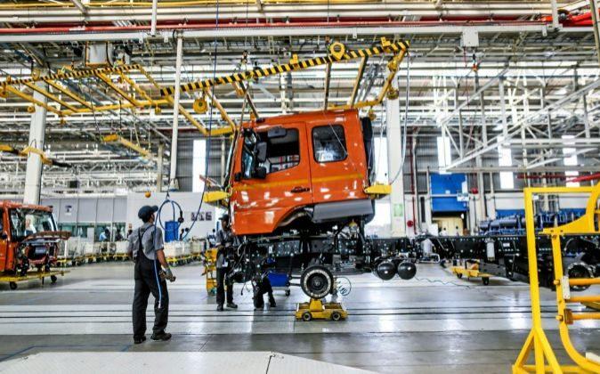 Empleados de la fábrica de Daimler en Chennai (India)