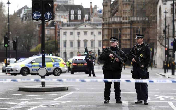 Agentes de policía británicos permanecen en guardia